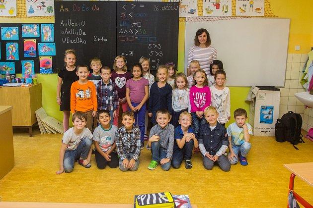 Prvňáci ze Základní školy Jablonec nad Nisou - Pasířská se fotili do projektu Naši prvňáci. Na snímku je snimi třídní učitelka Ivana Linková.