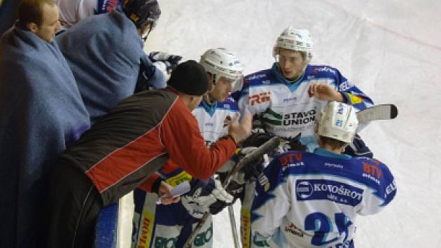 Jablonečtí hokejisté ve středu podlehli na ledě v Nymburku 1:3. Na snímku trenér Jaromír Carvan udílí svým hráčům pokyny.
