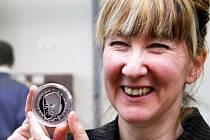 Autorkou předlohy pamětní medaile je  Britka Jane McAdamová Freudová, která oslaví v únoru dvaapadesáté narozeniny.