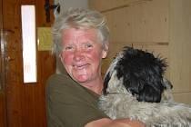 Šedesátiletou Věru Ridoškovou zná téměř každý Jablonečan. Se svým psem Vašíkem denně prochází město a v různých koutech  Jablonce popíjí své červené víno.