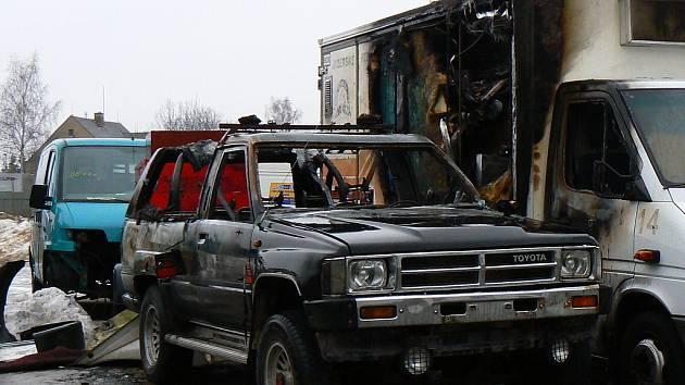 Skříňovýo dodávkový Mercedes Benz a osobní vůz Toyota v neděli ráno hořely. Požár obou vozidel se odehrál v jablonecké ulici Jateční v blízkosti servisu Pavlišta.