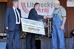 Krajské dožínky 2013 v Brništi. Předání šeku pro babyboxy Ludvíku Hessovi.