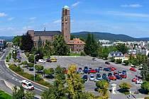 Parkoviště na Horním náměstí v Jablonci - největší ve městě.