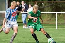 V generálce na 1. GL se utkal v Horkách FK Baumit Jablonec se Zenitem Čáslav. Na snímku jabloneckýDaniel Kocourek ( vpravo v zelenobílém ) v souboji o míč  s čáslavským Pavlem Rickou.