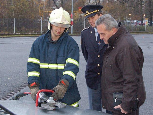 Město Jablonec zapůjčilo profesionálům nové čelisti k hydraulickému vyprorošťovacímu zařízení LUKAS.