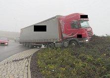 Řidič kamionu pod vlivem v mlze přehlédl kruhovou křižovatku.
