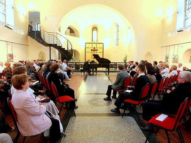 KLAVÍRNÍ VIRTUÓZ V KOSTELE. K jednomu z vrcholných kulturních zážitků letošního léta v Jablonci určitě patřil středeční koncert klavíristy Ivo Kahánka v kostele sv. Anny.