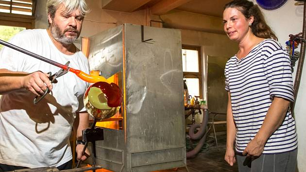 Mistr Lukáš Šulc pracuje na zhmotnění návrhů výtvarnice Kateřiny Krausové, jež dohlíží.