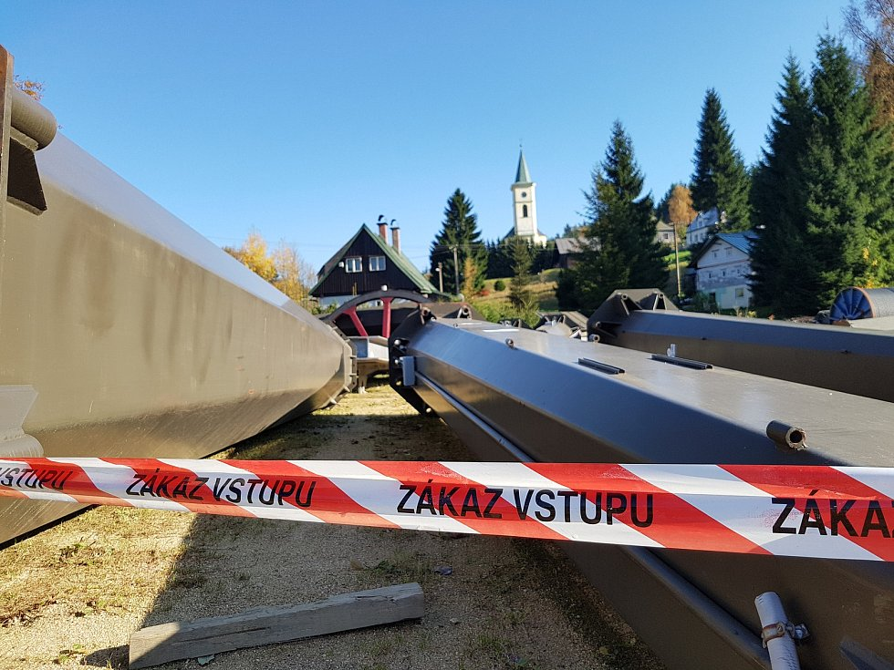 Nová lanovka na Tanvaldský Špičák je zatím v rozloženém stavu dole na parkovišti.