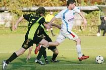 Velké Hamry (v bílém) doma porazily Košťálov 1:0 a pokračují na vítězné vlně.