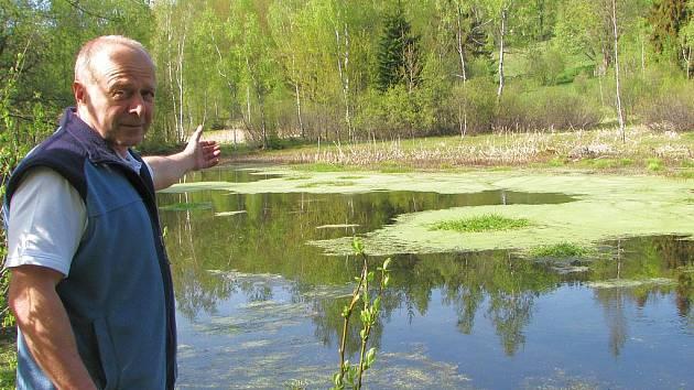Zdeněk Hermsdörfer ukazuje zanešený hlavní rybník.