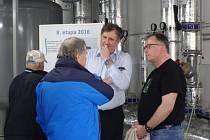 ŘEDITEL Jablonecké energetické Petr Roubíček (vpravo) spolu s předsedou představenstva Milošem Velem odpovídali na dotazy návštěvníků při Dni otevřených dveří.