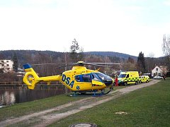 V úterý večer pro zraněnou holčičku k Novoveskému rybníku přiletěl vrtulník.