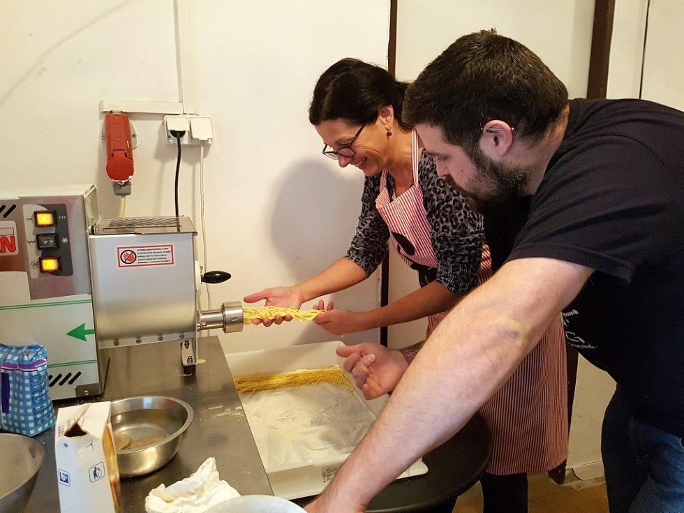 Po špagetách ve výrobně restaurace Grill & Pasta Půlměsíc přišel na řadu nástavec na fusilli. Šéfkuchař Petr Šedivý se přiznal, že on sám při výrobě relaxuje.