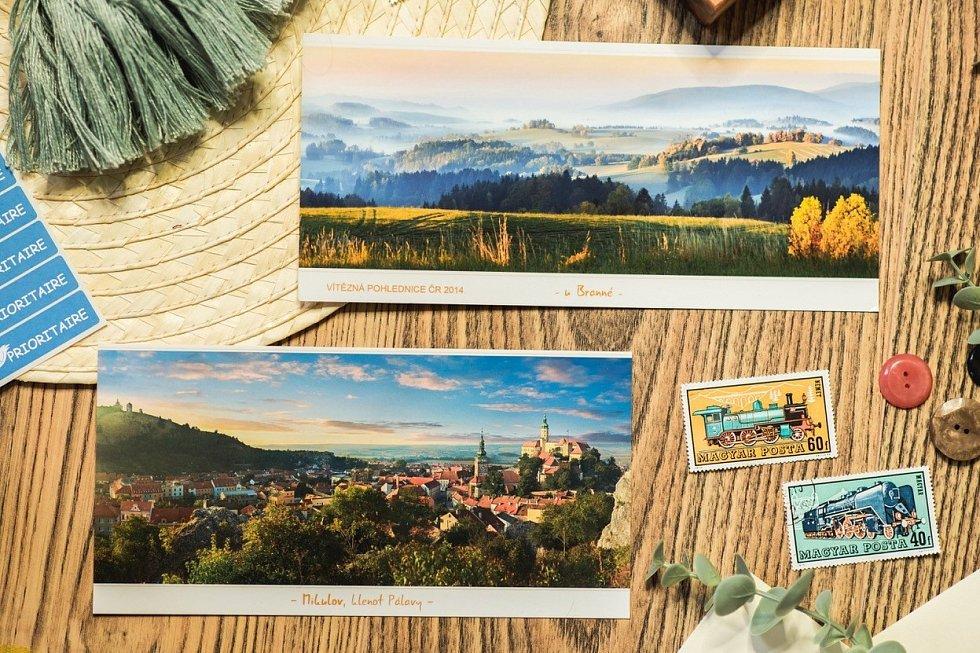 Milovnice pohledů Lucie Kvapilová z obce Pulečný u Jablonce nad Nisou provozuje v současné době největší internetový obchod s pohlednicemi v České republice.