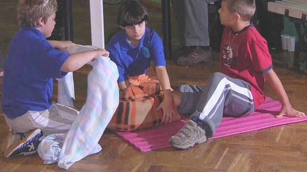 Jiří Vokřínek, Petr Medek a Victoria Jeakinsová reprezentovali Českou Republiku na mezinárodní soutěži v Polsku. Jak poskytnout první pomoc se celý rok učili ve zdravotnickém kroužku.