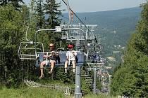 Od pátku 26. června se opět na léto, po loňské pauze, rozjede v Jizerských horách čtyřsedačková lanovka na Tanvaldský Špičák, kterou provozuje SKI Bižu. Zájemce nahoru vyveze i s jejich koly.