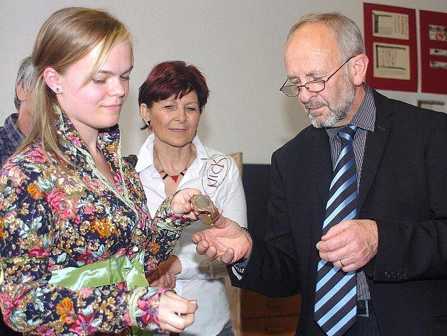 OBHAJOBY MATURITNÍCH PRACÍ se konaly na Střední uměleckoprůmyslové škole v Jablonci. Vpravo ředitel školy ak. soch. Jiří Dostál.