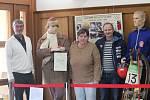 Miloš Morávek (v bílém svetru na fotkách) je autorem zajímavé výstavy k ZOH v Grenoblu, která se konala před padesáti lety. Na fotografii ještě Dana Beldová - Spálenská a Pavel Benc.