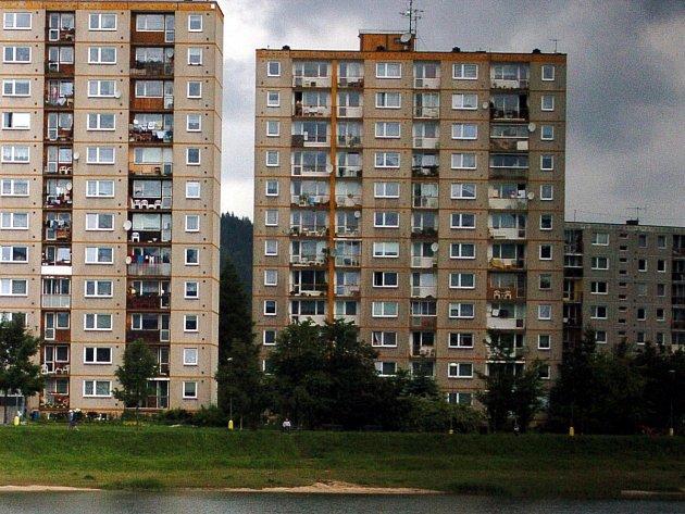 Ilustrační snímek - panelové domy u jablonecké přehrady