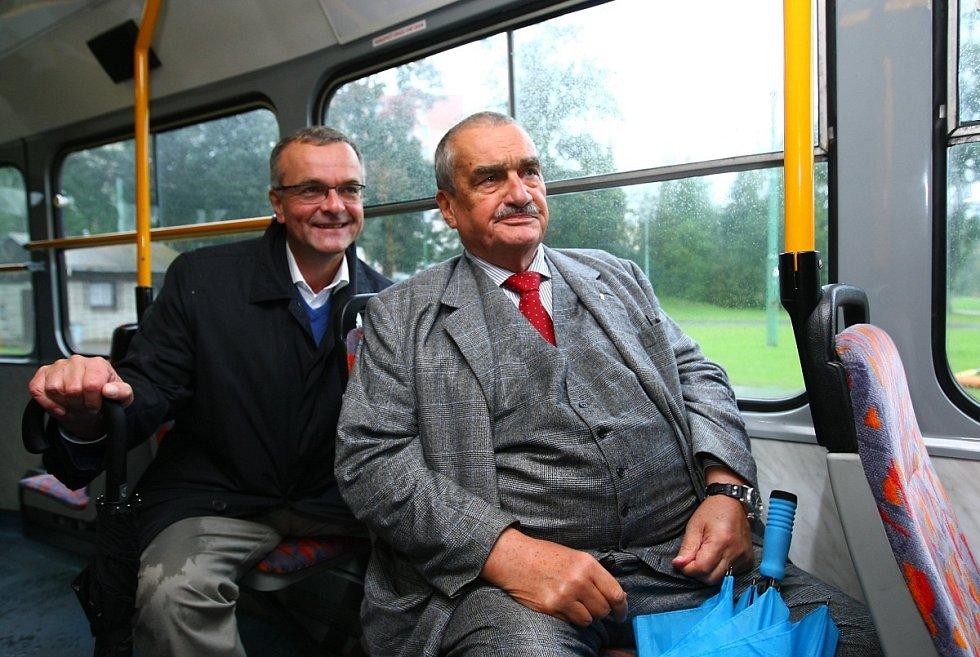 Karel Schwarzenberg a Miloslav Kalousek přijeli tramvají z Jablonce nad Nisou do Liberce 23. září.