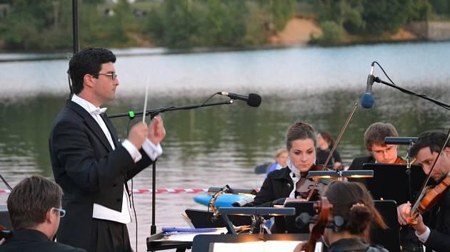 Komorní orchestr Quattro zahrál přímo z mola na hladině jablonecké přehrady