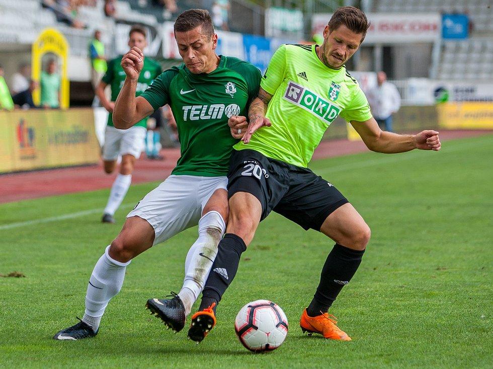 Zápas 4. kola první fotbalové ligy mezi týmy FK Jablonec a MFK Karviná se odehrál 11. srpna na stadionu Střelnice v Jablonci nad Nisou. Na snímku zleva Tomáš Holeš a Luboš Tusjak.