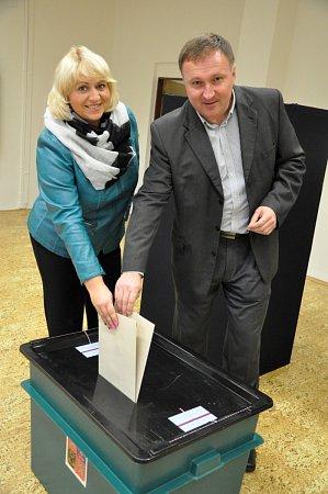Petr Beitl přišel volit vdoprovodu své manželky a syna.
