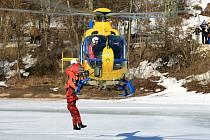 Zhruba stovka záchranářů, hasičů a dobrovolníků z Českého červeného kříže na přehradě v Jablonci v sobotu trénovala pomoc lidem při proboření ledu.