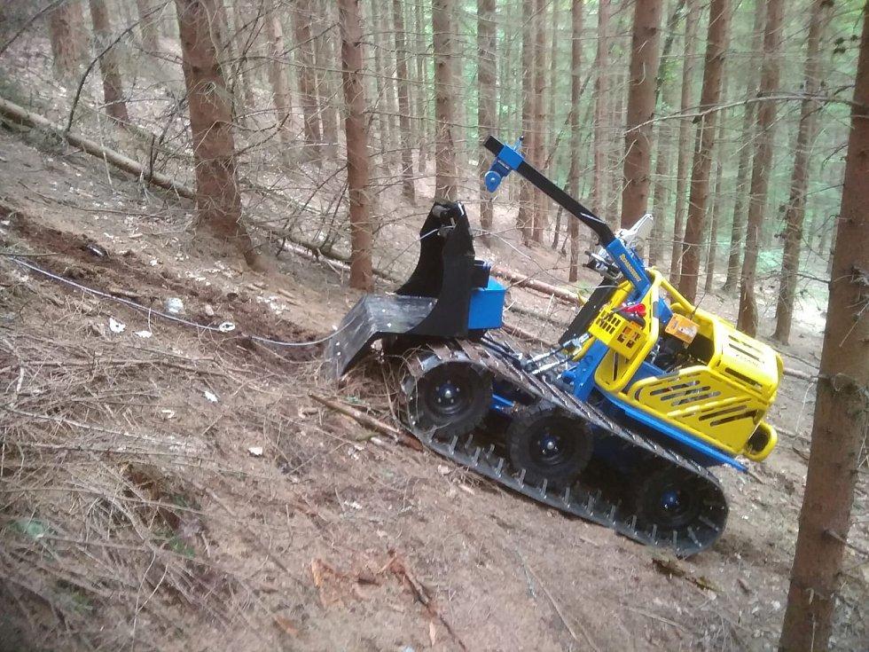 V lesích na Maloskalsku pomáhá železný kůň.