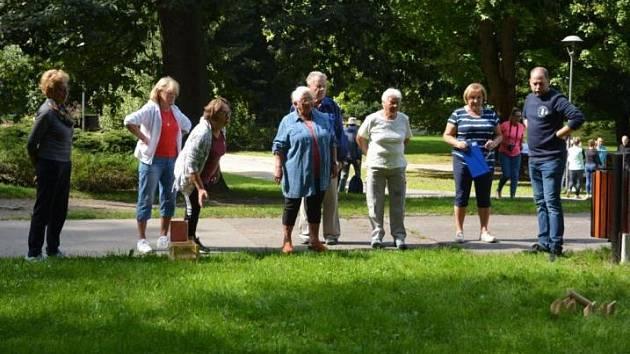 Více než tři desítky seniorů se utkalo v jabloneckém Tyršově parku ve hře mölkky.