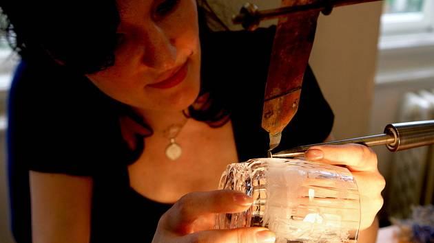 Jablonecké Muzeum skla a bižuterie otevřelo novou výstavu lázeňského a upomínkového skla, z nichž mnohé může vidět veřejnost poprvé. Na vernisáži také Martina Kosinová předváděla umělecké rytí skla rokokovými motivy.