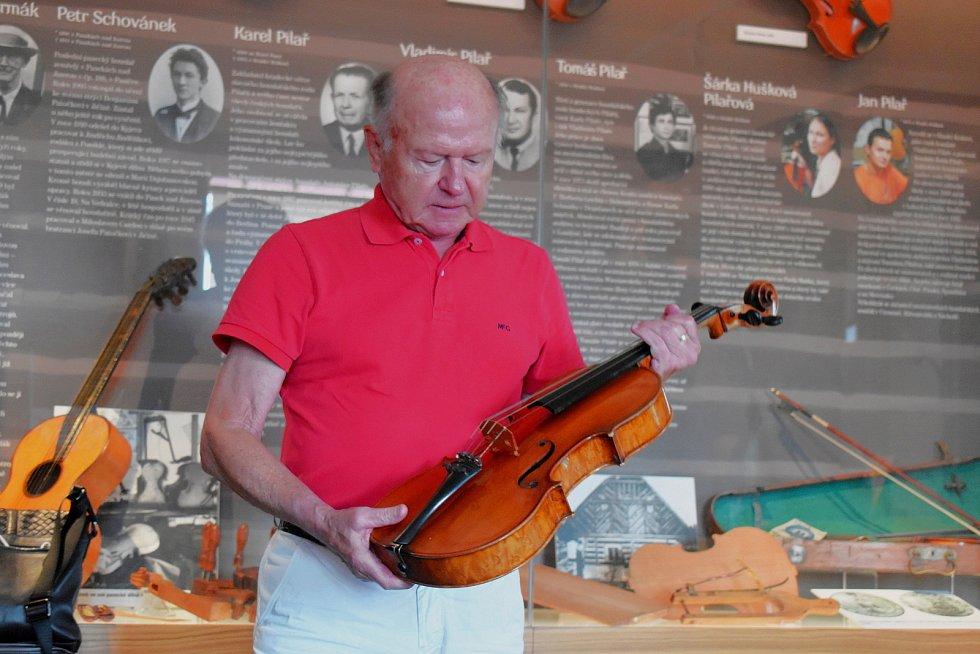 Josef Schebal předává v Památníku zapadlých vlastenců v Pasekách nad Jizerou další cenné kousky.
