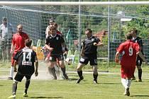 Fotbalisté Hodkovic (V černém) si výhrou v Ruprechticích řekli o záchranu v I. B třídě.