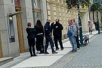 Lidé s rouškami i bez u úřadu v Jablonci nad Nisou