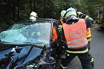 Semilští profesionální hasiči zasahovali v pátek večer u dopravní nehody dvou osobních automobilů v Benešově u Semil.