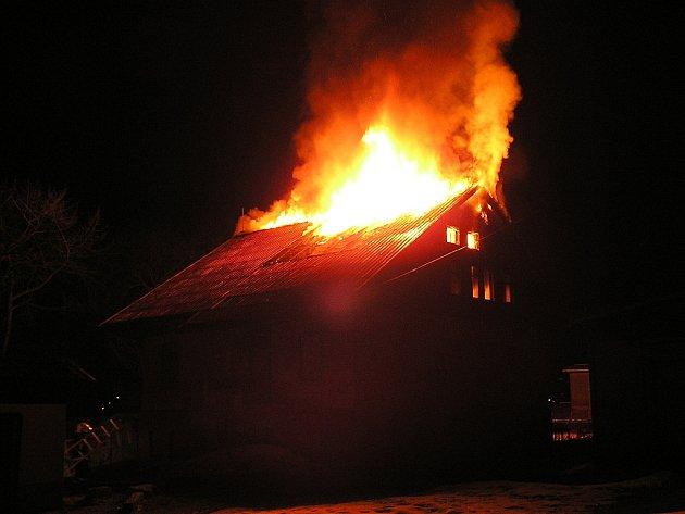 Zřejmě úmyslně založil někdo požár v objektu bývalé výletní restaurace u jablonecké přehrady na Tajvanu. S ohněm bojovaly jednotky profesionální hasičů a jejich dobrovolných kolegů z jabloneckých Pasek pátek od čtvrt na jedenáct v noci.