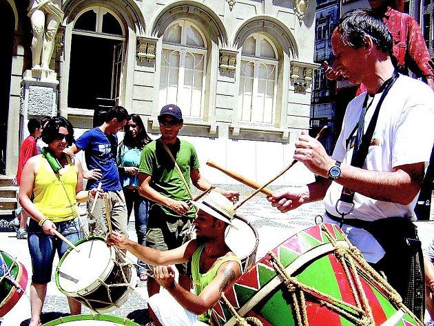 """MARACATU. Petr Polakovič se učí bubnovat na náměstí generála Marquese v Curitibě, hlavním městě státu Paraná. """"V tu chvíli zbývalo do mého odletu z milované Brazílie domů tři hodiny. Bubnuju si na odjezd a těžké loučení s milovanou Brazílií."""""""