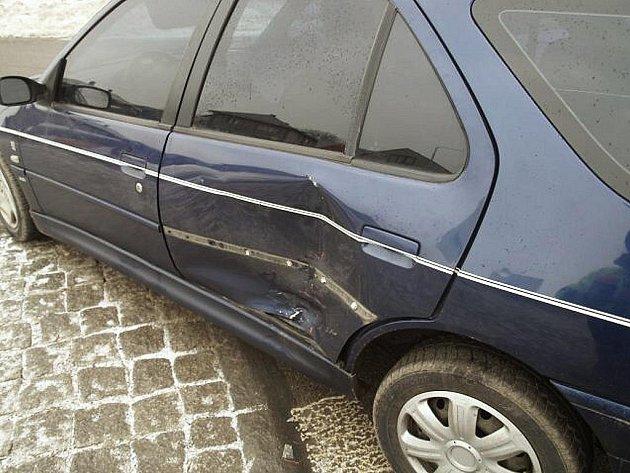 NEDAL PŘEDNOST. Na autech vznikla škoda za 25 000.