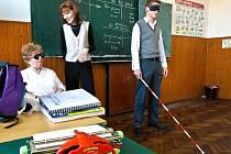 Červenobílé dny pomáhají hluchoslepým. Studenti, než vyrazí ve čtvrtek se sbírkou do ulic, si sami vyzkoušeli, jaké to je, být hluchoslepý.