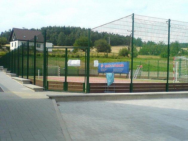 Nové multifunkční hřiště ve Bzí na Železnodrodsku.