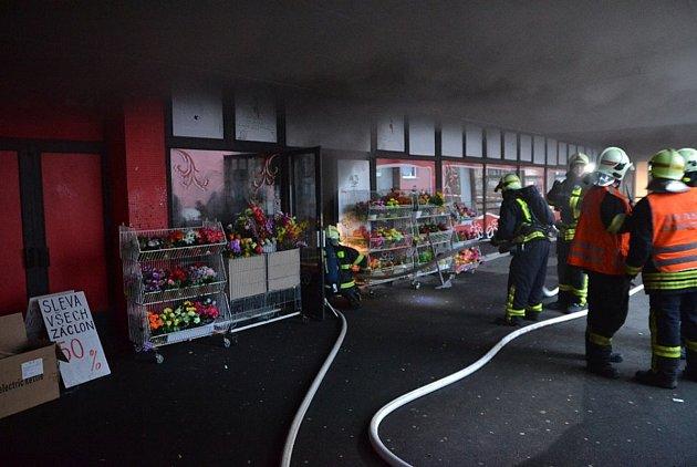 Požár ve vietnamské prodejně uprostřed sídliště Na Vršku.