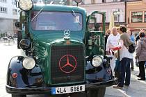 Starý Mercedes se předvedl před jabloneckou radnicí