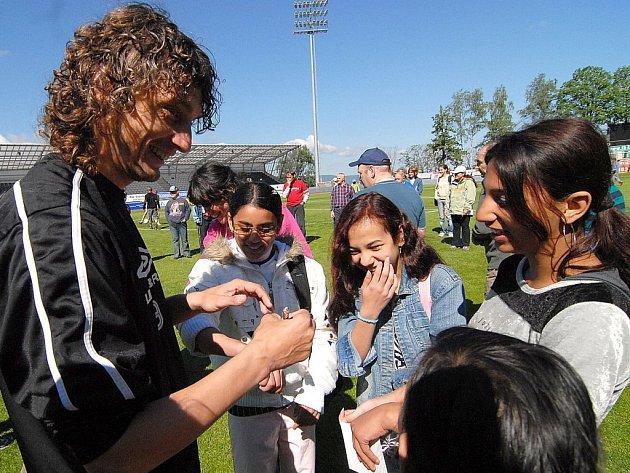 Kapitán družstva Jozef Weber si zahrál fotbal s dětmi. Ty se mohly fotbalistů i na cokoliv zeptat.