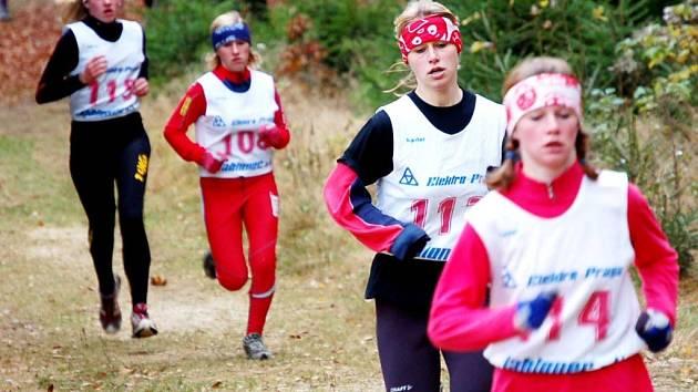 Děvčata jabloneckého gymnázia postoupila na MČR. Na snímku Kamila Knopová v čele průběžného pořadí, za ní sestra Markéta a zcela vzadu Kateřina Hásková.