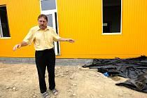 V Rychnově U Jablonce Nad Nisou vrcholí montážní práce na nové školce, postavené z univerzálních kontejnerů. K tomuto řešení se Rychnovští zastupitelé uchýlili proto, že původně navrhovaná patrová nástavba překážela vlastníku sousedního pozemku.