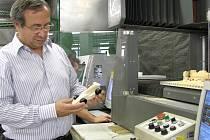 Do Věznice Rýnovice přivezl ředitel firmy 3E Praha Engineering, Josef Malý, model Formule 1, který mají za úkol soutěžící studenti zhotovit. Těm školám, které nemají CNC stroje, pomohou zruční odsouzení.