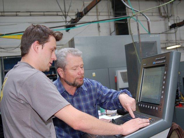 Technolog a programátor, pracující ve firmě Tedom Vojtěch Machula (vpravo), vysvětluje  učiteli Karlu Gratiasovi, jak program prostřednictvím ovládacího panelu řídí obráběcí centrum.