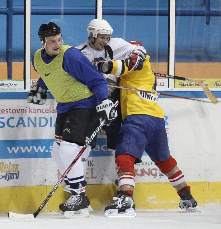 Fotbalisté Baumitu si zahráli hokej. Na snímku Vít Beneš, Lukáš Třešňák a Jan Kovařík.