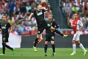 Na snímku je v souboji Ján Greguš s jedním z domácích hráčů.